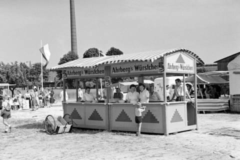 ARH NL Dierssen 1046/0028, Ahrberg's Würstchen Stand auf dem Reitturnier, Springe, 1950