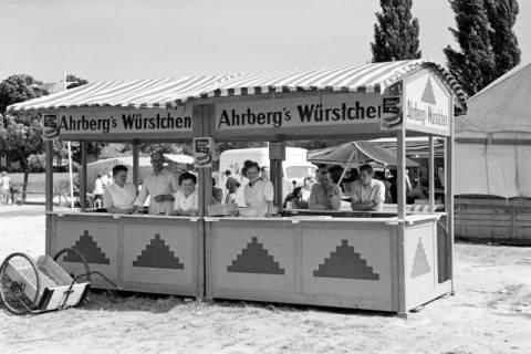 ARH NL Dierssen 1046/0029, Ahrberg's Würstchen Stand auf dem Reitturnier, Springe, 1950