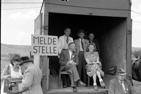 ARH NL Dierssen 1049/0001, Meldestelle auf einem Reitturnier, Springe, 1950