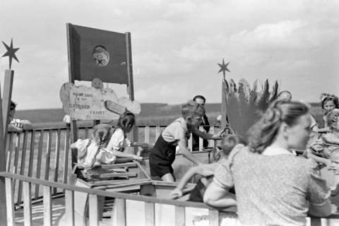 ARH NL Dierssen 1059/0013, Sängerfest, Karussel mit Handbetrieb, Altenhagen I, 1950