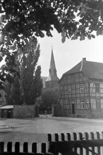 ARH NL Dierssen 1073/0005, Blick über den Domänenhof zur Kirche, Springe, 1950