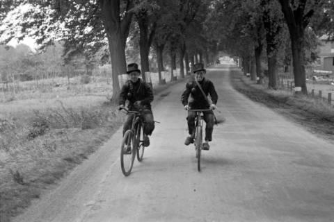 ARH NL Dierssen 1080/0020, Zwei Schornsteinfeger mit Fahrrad, Bissendorf, 1950