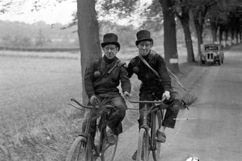 ARH NL Dierssen 1080/0021, Zwei Schornsteinfeger mit Fahrrad, Bissendorf, 1950