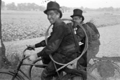 ARH NL Dierssen 1080/0022, Zwei Schornsteinfeger mit Fahrrad, Bissendorf, 1950