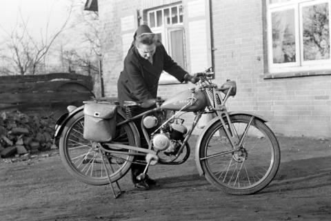 ARH NL Dierssen 1096/0018, Gemeindeschwester Johanna mit Moped, Godshorn, 1950