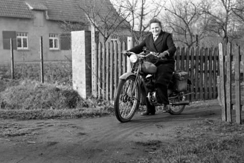 ARH NL Dierssen 1096/0019, Gemeindeschwester Johanna mit Moped, Godshorn, 1950