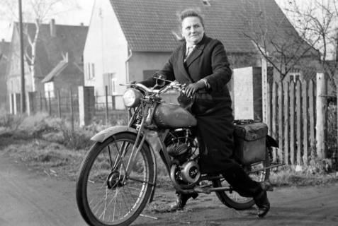 ARH NL Dierssen 1096/0020, Gemeindeschwester Johanna mit Moped, Godshorn, 1950