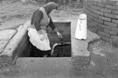 ARH NL Dierssen 1114/0011, Frau holt Wasser am Gemeindebrunnen, Müllingen, 1951