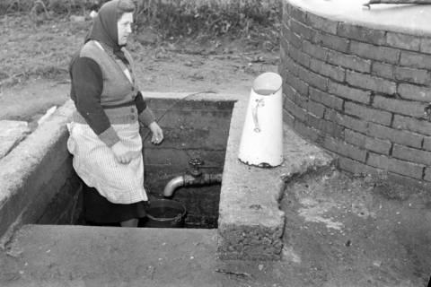 ARH NL Dierssen 1114/0012, Frau holt Wasser am Gemeindebrunnen, Müllingen, 1951