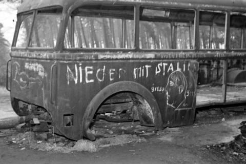 ARH NL Dierssen 1122/0024, Ausgebrannter Bus mit Beschmierung an der Zonengrenze, Helmstedt, 1951
