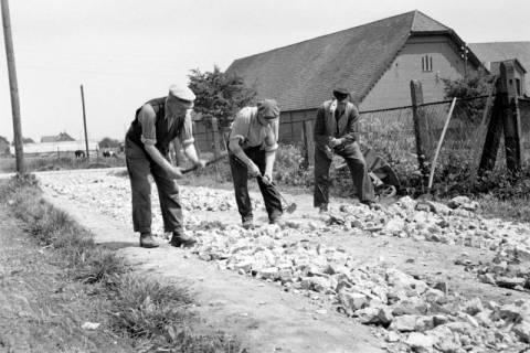 ARH NL Dierssen 1137/0003, Straßenbau in der Rosenstraße, Bennigsen, 1951