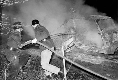 ARH NL Dierssen 1163/0013, 1. Einsatz des neuen Tanklöschfahrzeugs bei einem Fahrzeugbrand, Steinkrug, 1952
