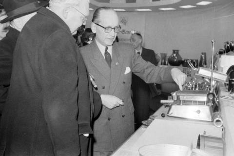 ARH NL Dierssen 1175/0003, Ludwig Erhard auf der Industriemesse, Hannover, 1952
