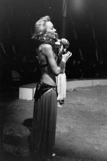 """ARH NL Dierssen 1178/0015, """"Schlangenmädchen"""" im Cirkus Busch aus Berlin, Seesen, 1952"""