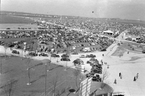 ARH NL Dierssen 1182/0003, Parkplätze bei der Hannover-Messe, Hannover, 1952