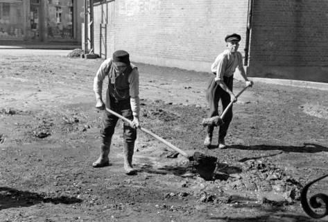 ARH NL Dierssen 1183/0008, Schlammbeseitigung nach Unwetter, Völksen, 1952