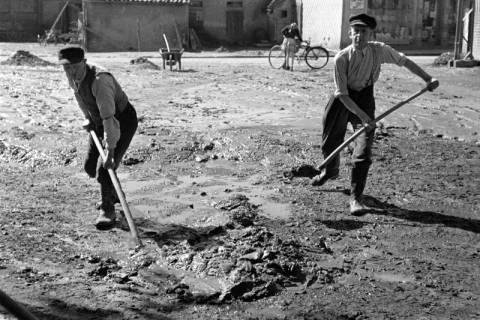 ARH NL Dierssen 1183/0009, Schlammbeseitigung nach Unwetter, Völksen, 1952