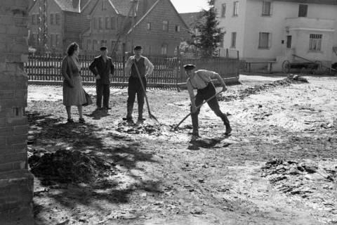 ARH NL Dierssen 1183/0010, Schlammbeseitigung nach Unwetter, Völksen, 1952