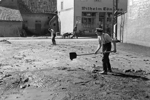 ARH NL Dierssen 1183/0011, Schlammbeseitigung nach Unwetter, Völksen, 1952