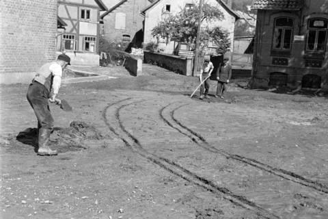 ARH NL Dierssen 1183/0013, Schlammbeseitigung nach Unwetter, Völksen, 1952