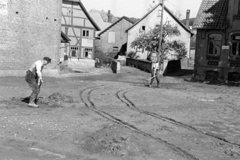ARH NL Dierssen 1183/0014, Schlammbeseitigung nach Unwetter, Völksen, 1952