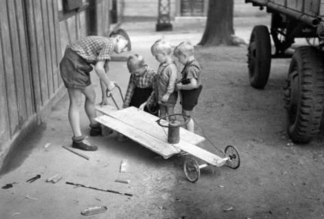 ARH NL Dierssen 1190/0020, Bau einer Seifenkiste, Eldagsen, 1952