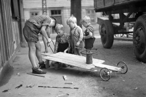 ARH NL Dierssen 1190/0021, Bau einer Seifenkiste, Eldagsen, 1952