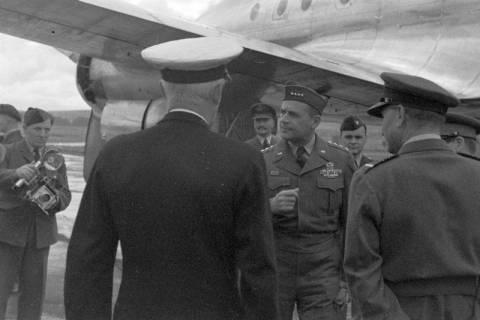 ARH NL Dierssen 1198/0007, Ankunft von General Matthew B. Ridgway (US Army), Bückeburg, 1952