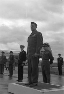 ARH NL Dierssen 1198/0010, Ankunft von General Matthew B. Ridgway (US Army), Bückeburg, 1952