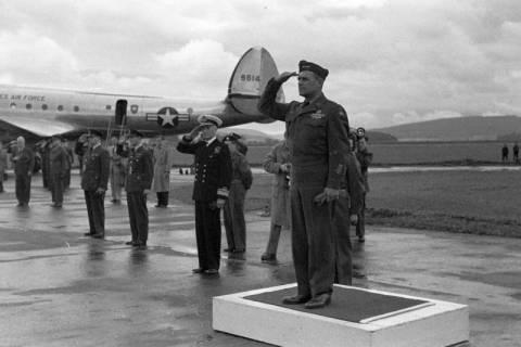 ARH NL Dierssen 1198/0012, Ankunft von General Matthew B. Ridgway (US Army), Bückeburg, 1952
