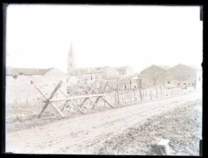 ARH NL Kageler 13, 1. Weltkrieg, Stacheldraht, dahinter eine Kirche, Frankreich, zwischen 1914/1918