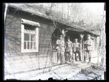 ARH NL Kageler 26, 1. Weltkrieg, Soldaten vor Baracke, Frankreich, zwischen 1914/1918