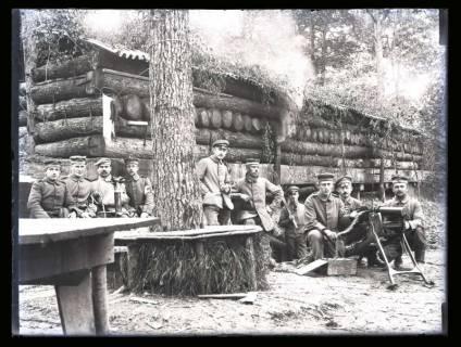 ARH NL Kageler 27, 1. Weltkrieg, Soldaten vor einer Baracke, Frankreich, zwischen 1914/1918