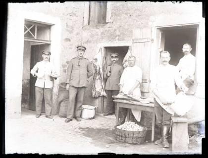 ARH NL Kageler 30, 1. Weltkrieg, Soldaten vor einer Schlachterei? / Truppenküche?, Frankreich, zwischen 1914/1918