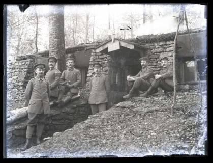 ARH NL Kageler 32, 1. Weltkrieg, Soldaten vor einem Unterstand, Frankreich, zwischen 1914/1918