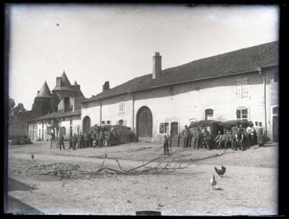 ARH NL Kageler 35, 1. Weltkrieg, Soldaten vor einem Hofgebäude, Frankreich, zwischen 1914/1918