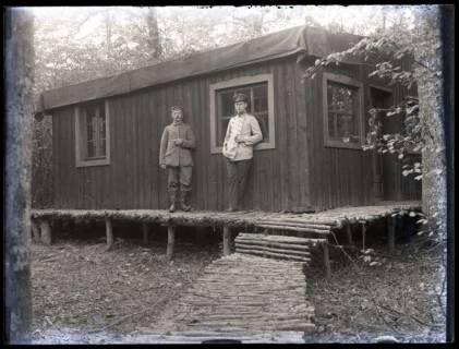 ARH NL Kageler 38, 1. Weltkrieg, Soldaten vor einer Unterkunft, Frankreich, zwischen 1914/1918