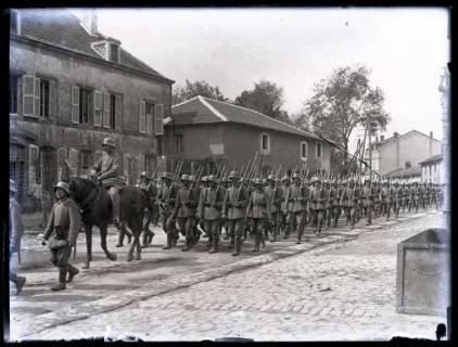 ARH NL Kageler 40, 1. Weltkrieg, Einmarsch einer Kompanie in ein Dorf, Frankreich, zwischen 1914/1918
