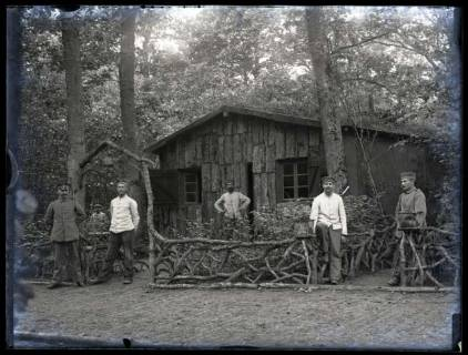ARH NL Kageler 49, 1. Weltkrieg, Soldaten vor einer Blockhütte, Frankreich, zwischen 1914/1918