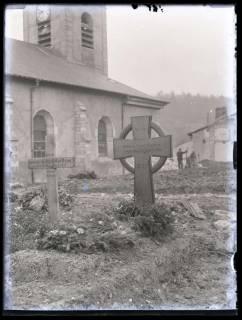 ARH NL Kageler 59, 1. Weltkrieg, zwei Soldatengräber vor Kirche, Frankreich, zwischen 1914/1918