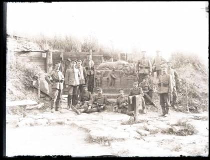 ARH NL Kageler 63, 1. Weltkrieg, Soldaten vor Skulptur, Frankreich, zwischen 1914/1918