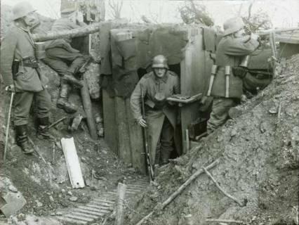 ARH NL Kageler 110, 1. Weltkrieg, Fotograf im Graben im Priesterwald (Bois-le-Prêtre), Frankreich, zwischen 1914/1918