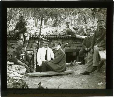 ARH NL Kageler 113, 1. Weltkrieg, vor dem Unterstand, Priesterwald (Bois-le-Prêtre), Frankreich, zwischen 1914/1918