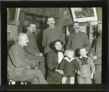 ARH NL Kageler 114, 1. Weltkrieg, Gruppenfoto mit Madame im Quartier, Villers, Frankreich, zwischen 1914/1918