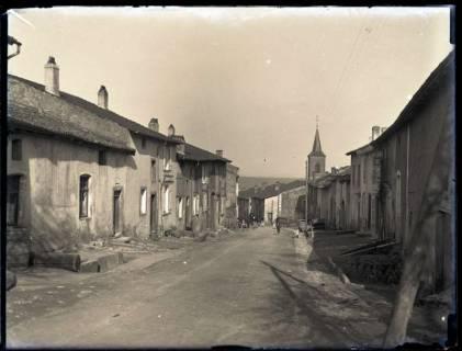 ARH NL Kageler 132, 1. Weltkrieg, Straße und Kirche in Pierrevillers, Frankreich, zwischen 1914/1918
