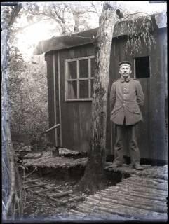 ARH NL Kageler 194, 1. Weltkrieg, Soldat vor Unterkunft, Frankreich, zwischen 1914/1918