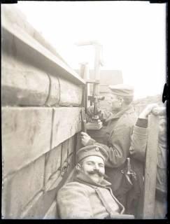 ARH NL Kageler 212, 1. Weltkrieg, Soldat am Periskop, Abaucourt, Frankreich, zwischen 1914/1918