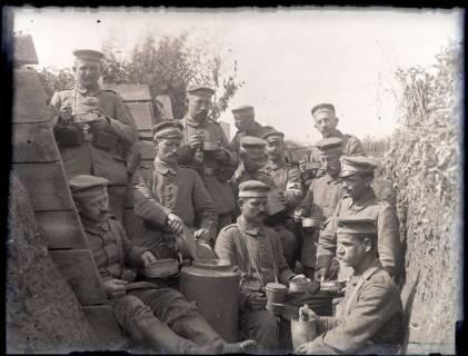 ARH NL Kageler 213, 1. Weltkrieg, Mittagessen im Graben, Mailly-sur-Seille, Frankreich, zwischen 1914/1918