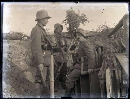 ARH NL Kageler 216, 1. Weltkrieg, Soldaten mit getarntem Scherenfernrohr, Priesterwald (Bois-le-Prêtre), Frankreich, zwischen 1914/1918