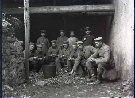 ARH NL Kageler 241, 1. Weltkrieg, Kartoffelschälen, Gravelotte, Frankreich, zwischen 1914/1918